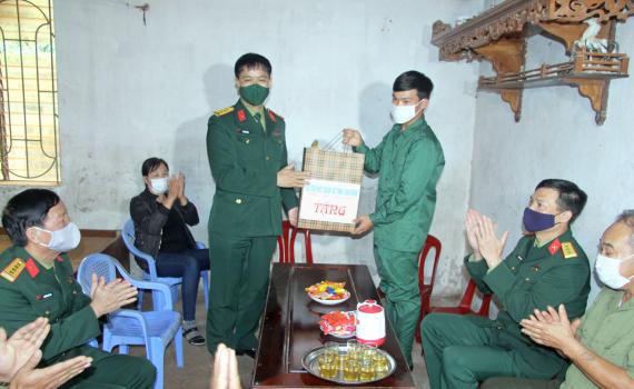 Bộ Chỉ huy Quân sự tỉnh thăm và tặng quà thanh niên Quỳnh Phụ có hoàn cảnh khó khăn trước ngày lên đường bảo vệ Tổ quốc