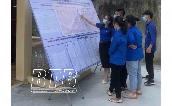 Cử tri trẻ xã Phú Xuân (thành phố Thái Bình) nghiên cứu tiểu sử các ứng cử viên đại biểu Quốc hội khóa XV và đại biểu HĐND các cấp nhiệm kỳ 2021 - 2026.