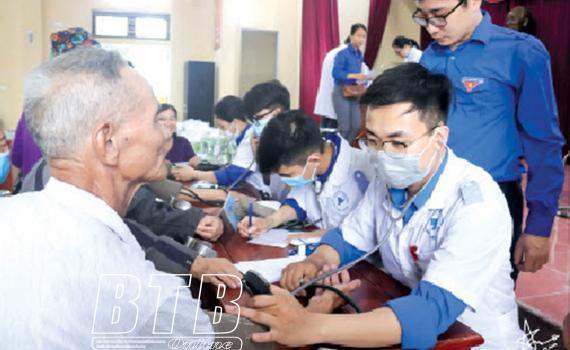 Đoàn Thanh niên, Hội Sinh viên Trường Đại học Y Dược Thái Bình khám bệnh miễn phí cho người dân xã Dương Phúc (Thái Thụy).