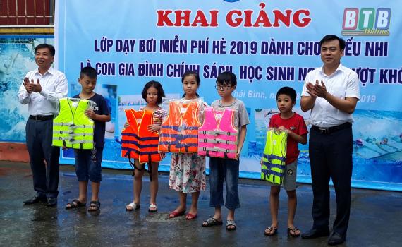 Tổ chức lớp dạy bơi miễn phí cho 60 trẻ em - Báo Thái Bình điện tử