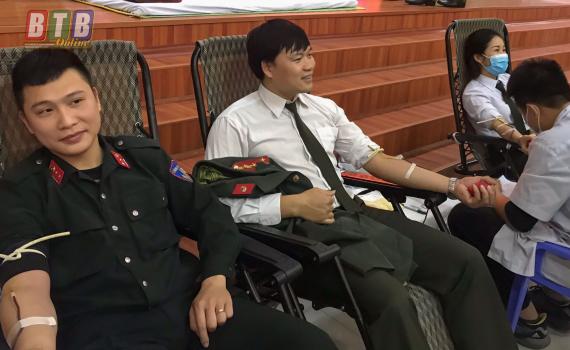 Đại úy Phạm Đình Thám (ở giữa) tích cực tham gia hiến máu tình nguyện.