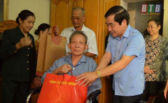 Đồng chí Nguyễn Tiến Thành, Phó Bí thư Tỉnh thường trực Tỉnh ủy tặng quà cựu TNXP Trần Đình Trọng, tổ 4, phường Đề Thám, thành phố Thái Bình.