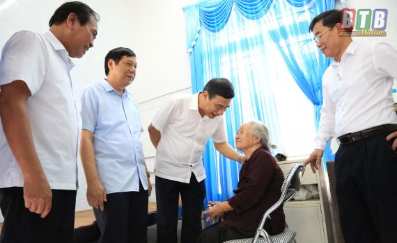 Đồng chí Phó Bí thư Tỉnh ủy, Chủ tịch UBND tỉnh tặng quà các đối tượng chính sách