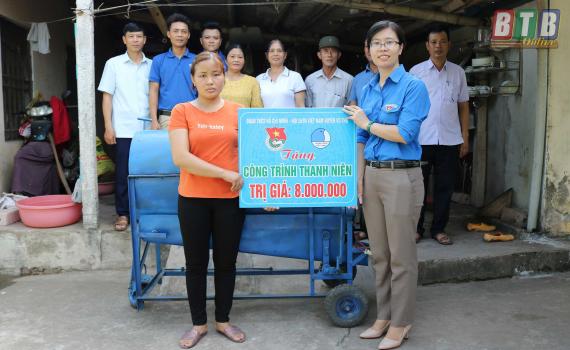 Trao công trình thanh niên cho hộ gia đình thanh niên nghèo xã Hồng Lý